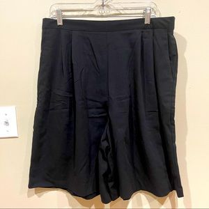 Vintage Pleated Black Shorts 22W
